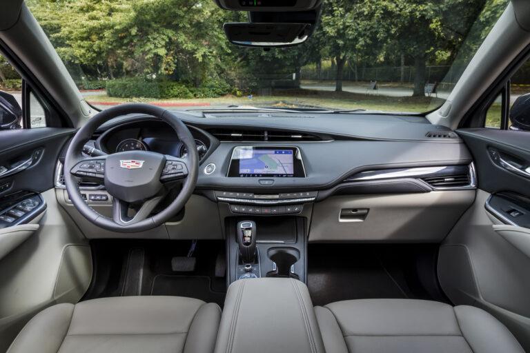Cruscotto Cadillac XT4 con motore turbo diesel