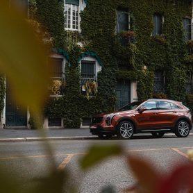 Cadillac XT4 è un SUV dall'aspetto compatto e dalla forma atletica