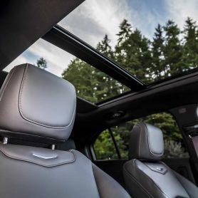 tetto panoramico aperto della nuova Cadillac XT4 in vendita presso Gruppo Cavauto situato a Monza